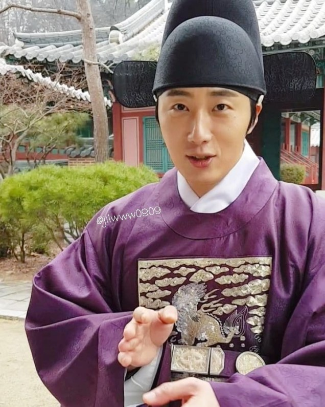 2019 1 Jung Il-woo Fan videos visiting him in the set of Haechi. Cr. jiwww0909 6