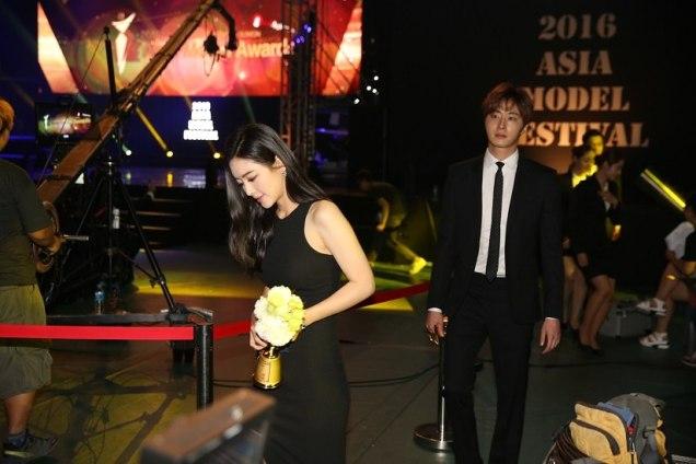2016 5 21 Jung Il-woo at the Asian Model Awards. Receiving Award. 12