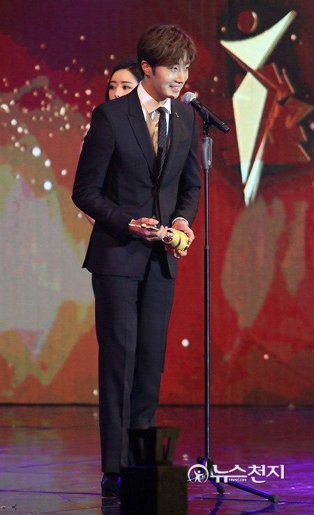 2016 5 21 Jung Il-woo at the Asian Model Awards. Receiving Award. 4