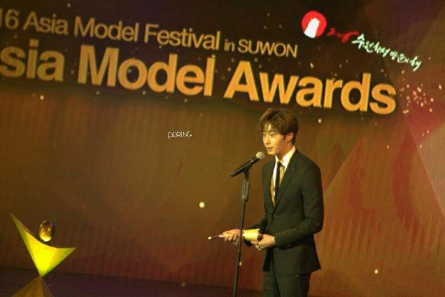 2016 5 21 Jung Il-woo at the Asian Model Awards. Receiving Award. Cr Paring 4