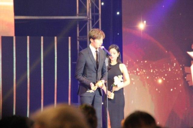 2016 5 21 Jung Il-woo at the Asian Model Awards. Receiving Award. Cr Paring 8