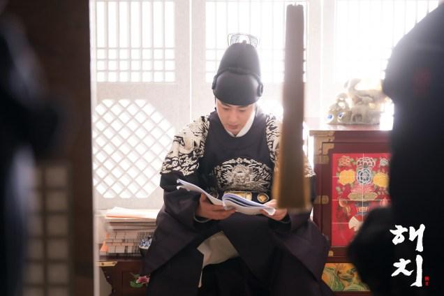 Jung Il-woo in Haechi Episode 19 (37-38) Website & BTS Photos. Cr. SBS. 14