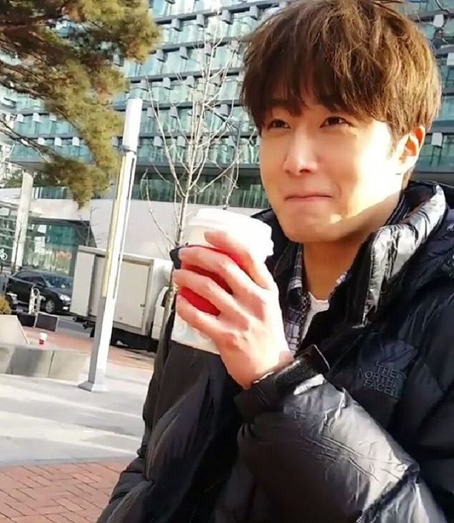 2016 Jung Il-woo in Cinderella and the Four Knights. Behind the Scenes. Fans. Black, Night Cr. tvN 1