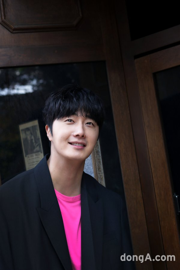 2018 5 18 Jung Il-woo in Magenta Goodness! Cr. sports.donga. 5
