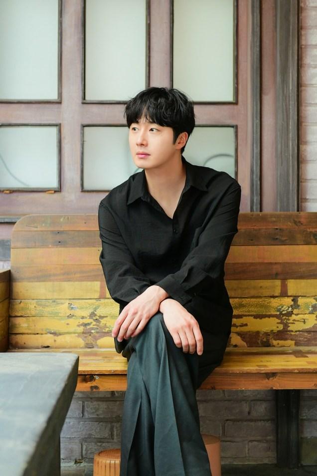 2019 4 30 Jung Il-woo poses at Spazio Studio. Lot B. 11