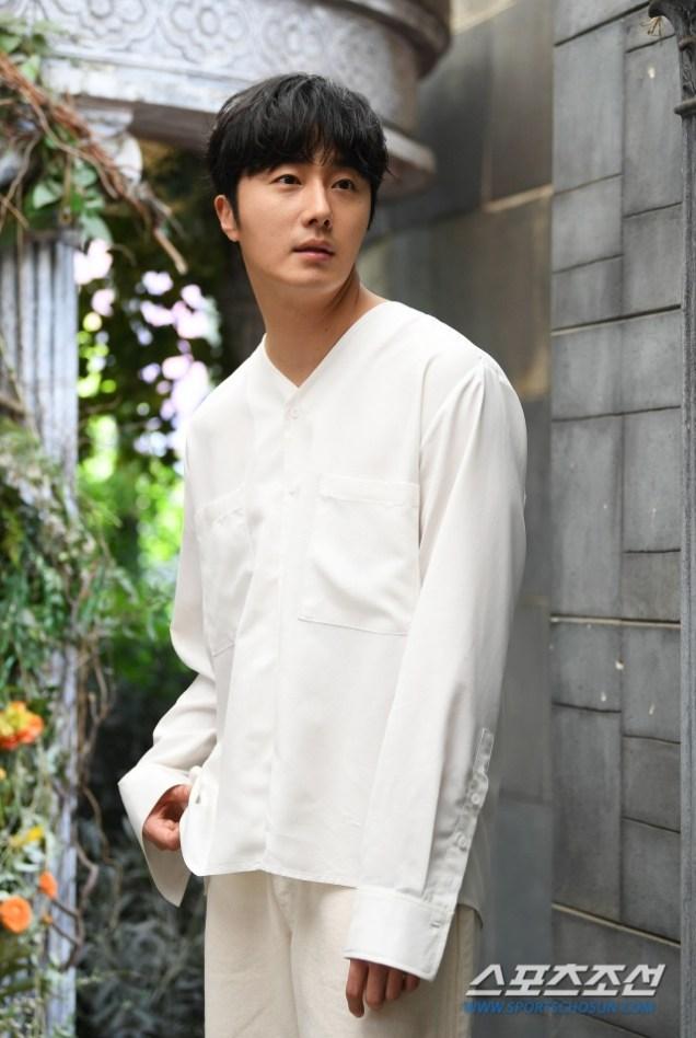 2019 4 30 Jung Il-woo poses at Spazio Studio. Lot B. 4