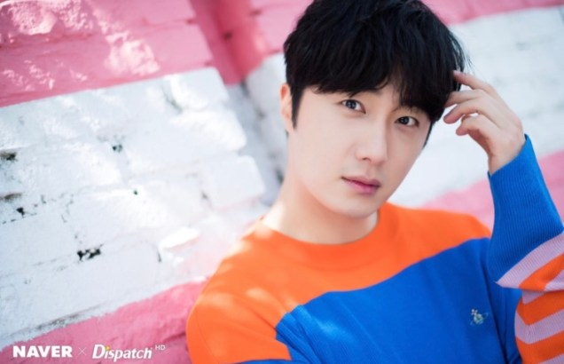 2019 5 2 Jung II-woo in blue and orange! Cr. Naver Dispatch. 10