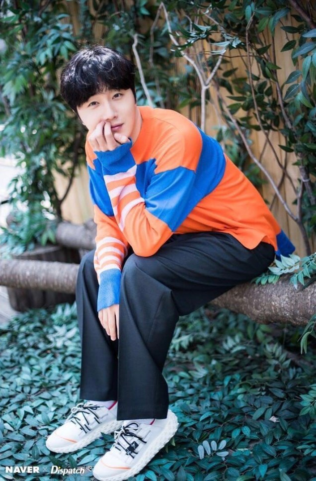 2019 5 2 Jung II-woo in blue and orange! Cr. Naver Dispatch. 14
