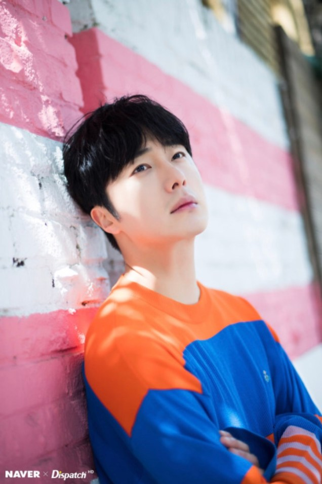 2019 5 2 Jung II-woo in blue and orange! Cr. Naver Dispatch. 2
