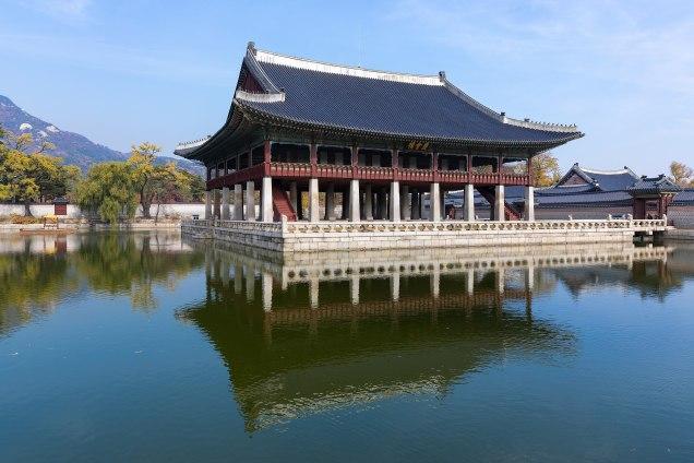 Gyeonghoeru_(Royal_Banquet_Hall)_at_Gyeongbokgung_Palace,_Seoul Cr. Frank Schulenburg. Wiki Commons.jpg