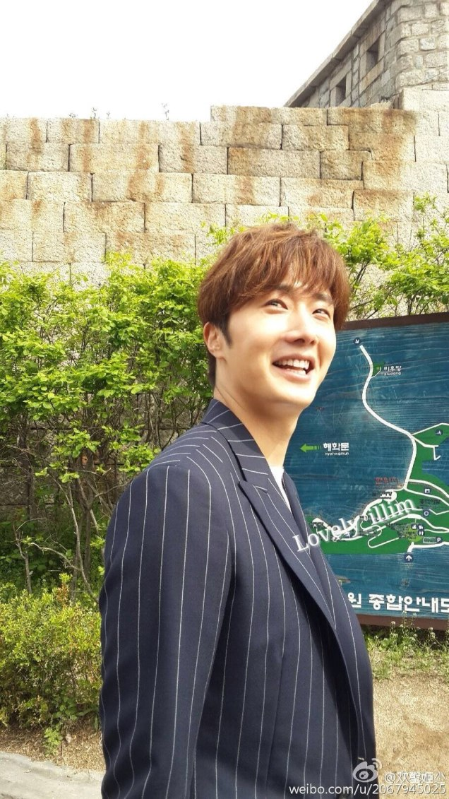 Jung Il-woo walking in the Ihwa Mural Village during the filming of Cinderealla and the Four Knights. Cr. 2015.24.9, DCIlwoo, Chinchin & Lovely_illim. 2016 19