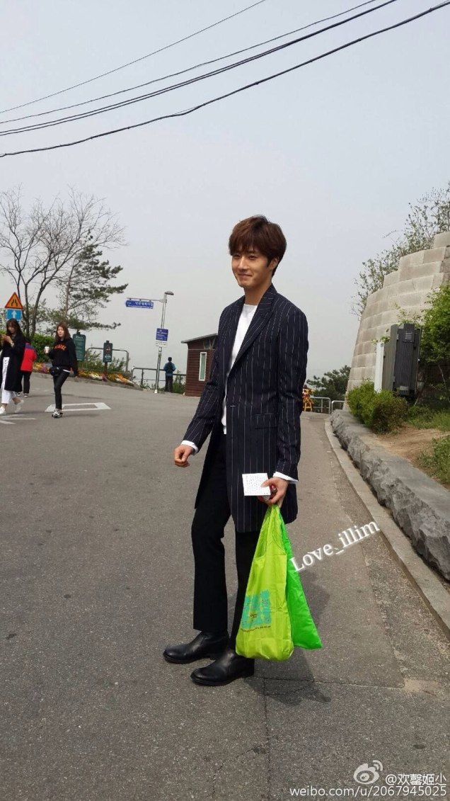 Jung Il-woo walking in the Ihwa Mural Village during the filming of Cinderealla and the Four Knights. Cr. 2015.24.9, DCIlwoo, Chinchin & Lovely_illim. 2016 26