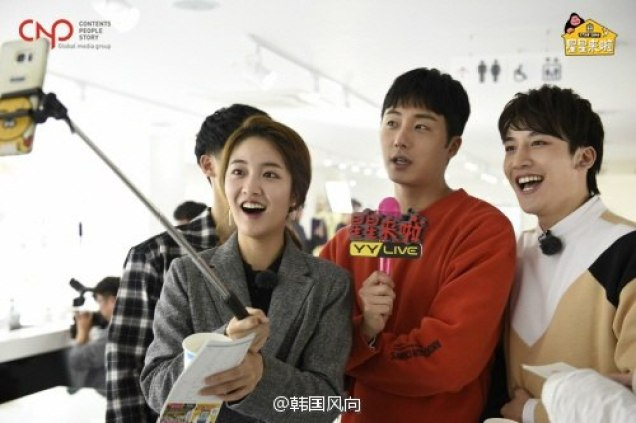2016 11 Jung Il-woo in Star Shop. Interview with orange sweater and cast. 6