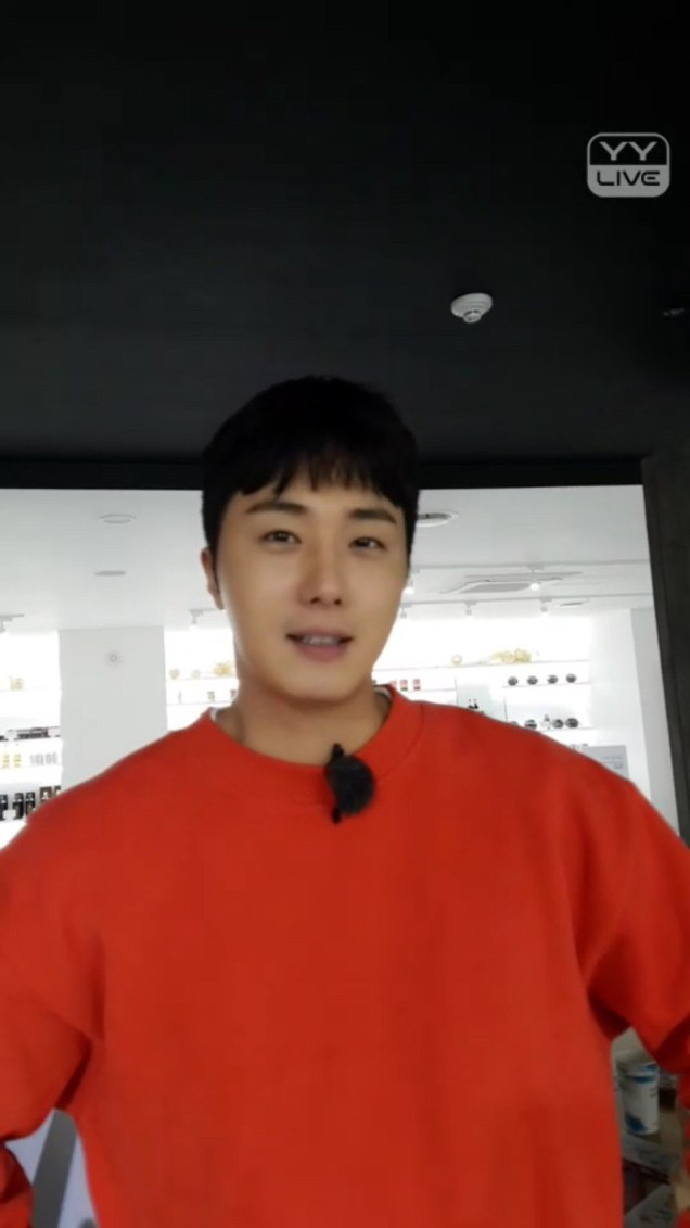 2016 11 Jung Il-woo in Star Shop. Interview with orange sweater. 4