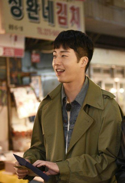 2016 Jung Il woo in Star Shop photos. Green overcoat. 11