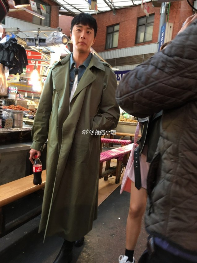 2016 Jung Il woo in Star Shop photos. Green overcoat. 18