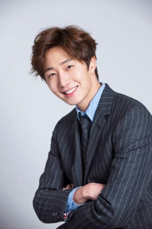 2016 Jung Il woo in a blue striped blazer