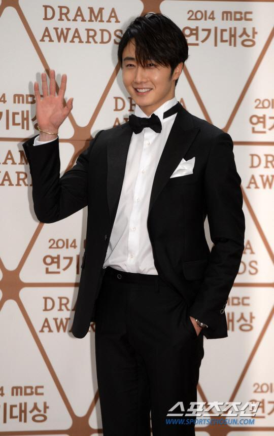 2014 12 30 Jung Il-woo Red Carpet at the 2014 MBC Awards 4