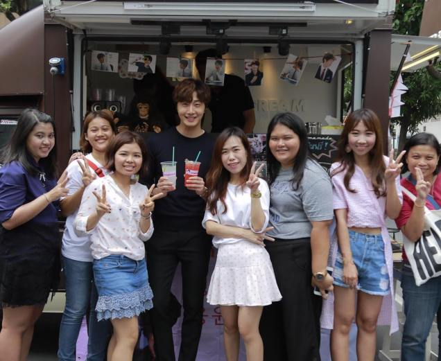 Jung Il woo in Behind the Scenes of Love and Lies. Photos with fans. 7