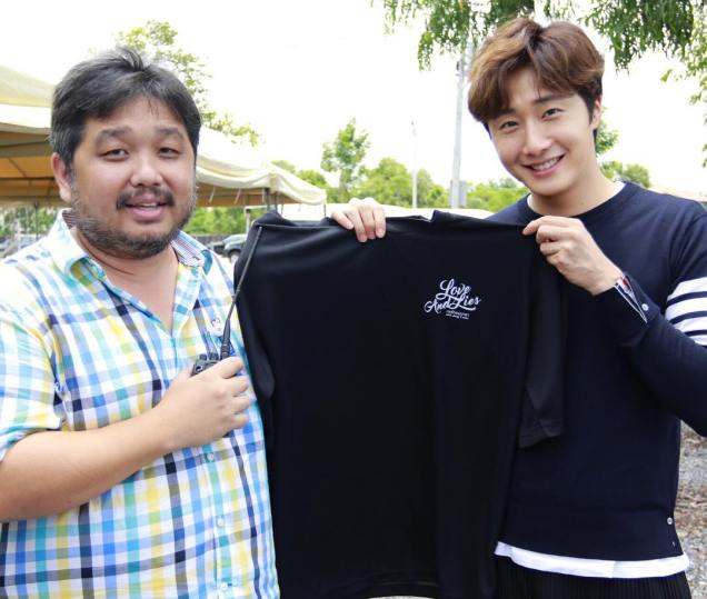 Jung Il woo in Behind the Scenes of Love and Lies. With the director. 2