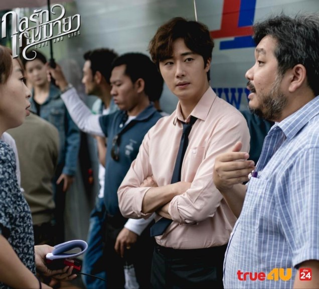 Jung Il woo in Behind the Scenes of Love and Lies. With the director. 6