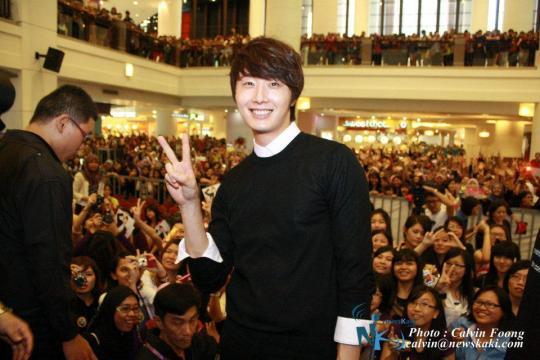 2012 9 23 Jung II-woo in Holika Holika's Fan Meet in Malaysia 00072.jpg