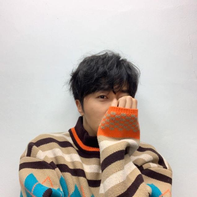 Jung Il-woo in oversized sweater cuteness. 2.jpg