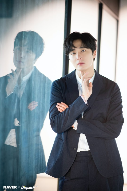 2020 6 15 Jung Il woo in a gorgeous photo shoot. Cr. Dispatch, Naver.6