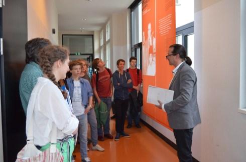 Schülerinnen der Sir Karl Popper-Schule bei der Eröffnung der Ausstellung über Robert Jungk