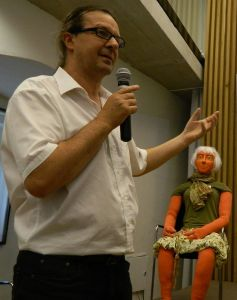 """JBZ-Mitarbeiter Hans Holzinger lieh beim SOL-Symposium 2014 """"Frau Morgen"""" die Stimme"""