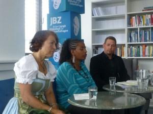 Yetnebersh Nigussie im Gespräch mit Gabriel Müller von LICHT FÜR DIE WELT und Amelie Höring vom Entwicklungspolitischen Beirat der Salzburger Landesregierung.