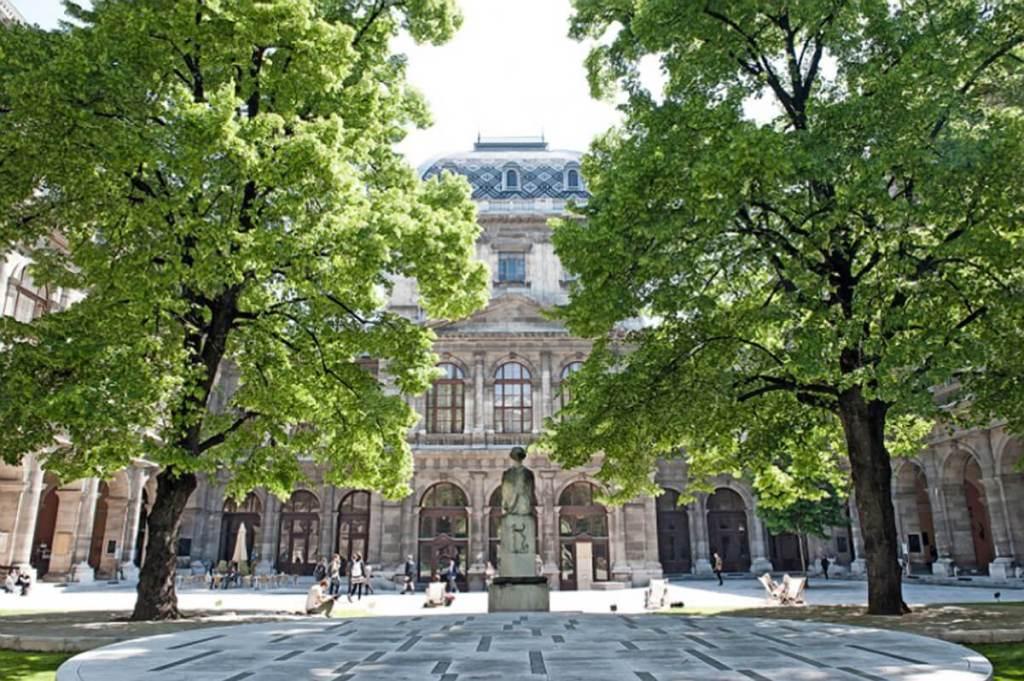 Arkadenhof im Hauptgebäude der Universität Wien mit Kastalia-Brunnen, 2013