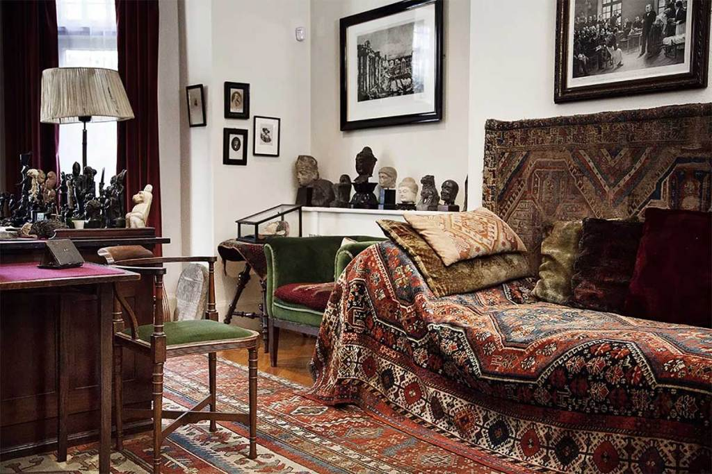 Sigmund Freud's Famous Psychoanalytic CouchThe centre piece of Sigmund Freud's study is his famous psychoanalytic couch. Visit the museum and see the couch.