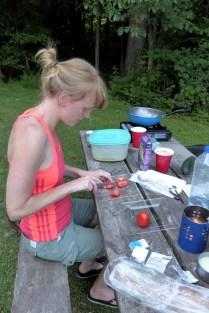 Tomaten für den Salat schneiden ...