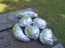 Zum Abendessen: Kartoffeln schön in Alufolie einwickeln ...