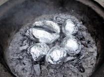 ... Kartoffeln auf heißer Asche ...