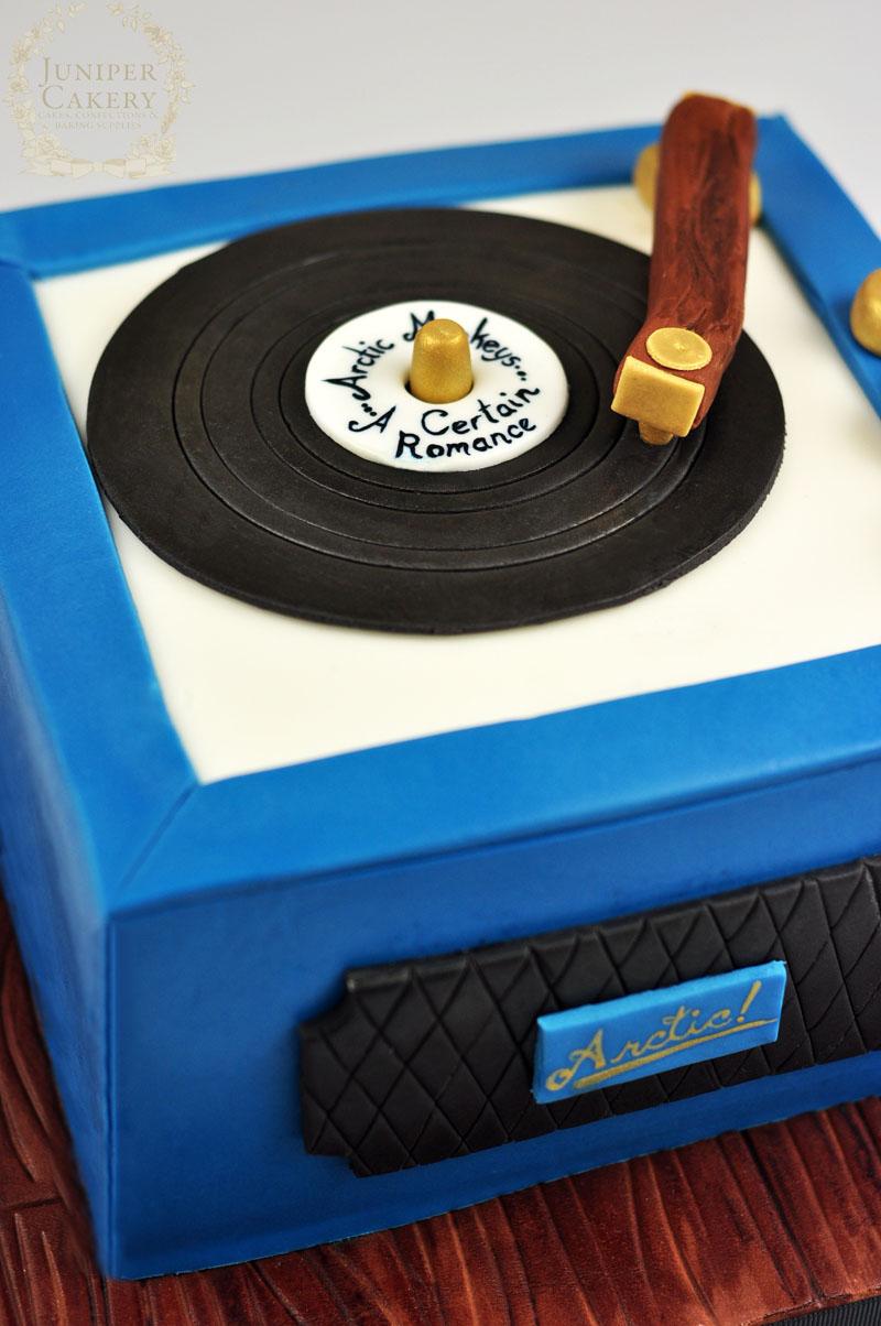 Retro vinyl record player cake by Juniper Cakery