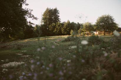 blote voetenpad slingert door de camping