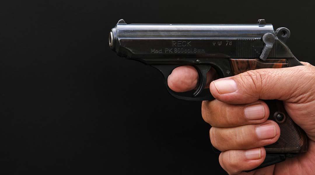mano impugna una pistola