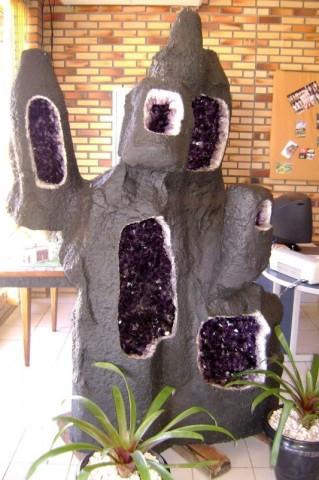 Perfurações em geodo gigante, mostrando o interior de ametista