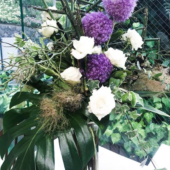 ~Bouquet vert ~ Pour la fête des pères~父の日の為のグリーンの造形花束素敵ですね〜〜流石、ジュリアの講師陣大きな花と枝、大きなリーフの花束はスケールが大きいこれを手で組んで行くのは大変ですがジュリアの講師陣、そして生徒さんは日々の練習でとてもお上手です〜〜大きなアレンジと間違えるくらい立体的で豪華な作品です❣️ギガンジウム、スモークツリー、モンステラの葉、からたち、ロングアイビーなどなどグリーンがメインの男前のブーケです大変よく出来ました。#名古屋星ヶ丘 #お試しレッスン #名古屋お花教室 #父の日#花束 #グリーン #カフェドジュリア #jurian.com#https://www.jurian.com/cafedejurian/index.html
