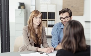 Avocat et clients en consultation