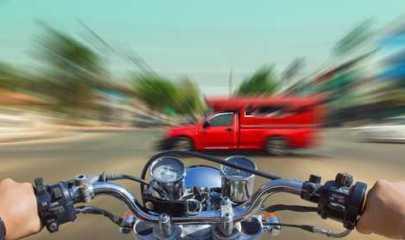 Imprudência de motociclista culmina em acidente, perna quebrada e indenização negada