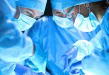 Hospital e médico que esqueceu gaze no abdome de paciente são condenados a indenizá-la