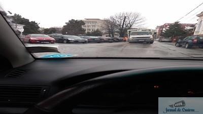 Incident:S-a rupt asfaltul sub o masina a Salubritatii Craiova 1