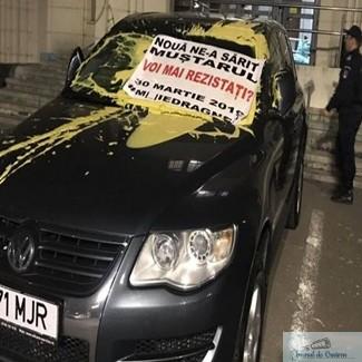Protestatari incatusati de jandarmi si dusi cu duba la Sectia 17 de Politie dupa ce au dat cu mustar pe masina lui Toader! 1