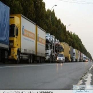 Coloana de camioane de peste opt kilometri la frontiera 1