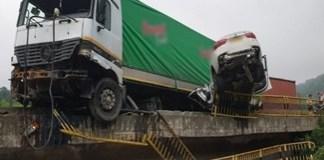 Accident grav pe Valea Oltului: un TIR si o masina suspendate pe pod