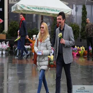 De 8 martie, candidații USR la Primaria și Consiliul Local Craiova împreună cu membrii USR, au oferit flori și felicitări doamnelor din Craiova