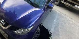 S-a rupt asfaltul sub o maşină pe bulevardul Dacia